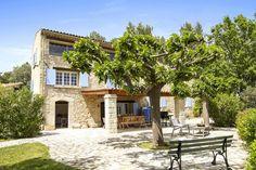 Beliggende ved Middelalderbyen Fayence kun 15 min. fra innsjøen Lac de St. Cassien og 30 min. Kjøring fra Cannes. Villaen ligger på en ås-top på slutten av en privat vei i svært rolige omgivelser. Fra villaen er det en fantastisk utsikt over dalen og de 2 middelalderlandsbyene Fayence og Seillans og Esterel fjellene.   Villa Belle Vue er en klassisk og godt restaurert provençalske steinbygning. Villaen ligger i en gammel olivenlund. Stor hage med stein-terrasser, gamle oliventrær, Cypres…