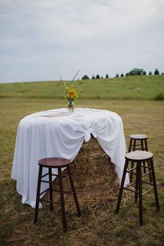 Round hay bale table - This would be good for pictures or the guest book! So cute!