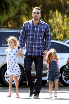 Ben Affleck takes his daughters Violet and Seraphina to the Brentwood farmers market ::::hot dad alert:::: Mtv, Ben And Casey Affleck, Ben Afleck, Hot Dads, Famous Men, Hollywood Actor, Celebrity Couples, Good Looking Men, Sons