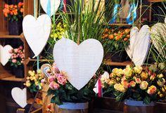 #Bouquet di #rose e #fiori con cuori bianchi da appendere.