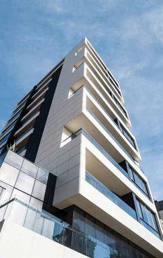 El edificio 80 /10 es un inmueble de 21 apartamentos que ha sido proyectado con el fin de alojar temporalmente a diplomáticos,empresarios y otros viajeros de larga estadía, que buscan la independencia y la comodidad de un hogar.