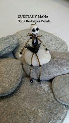 """Jack  .. de """"Pesadilla antes de Navidad """" de Tim Burton. .. elaborado con cuentas de howlita, cristal y metal #cuentasymaña #handmade #halloween #madewithlove #TimBurton"""