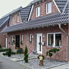 Баварская кладка: поэтапное выполнение и 75 элегантно выполненных фасадов домов http://happymodern.ru/bavarskaja-kladka-foto-domov/ Уютные красные оттенки кирпича в отделке небольшого дома