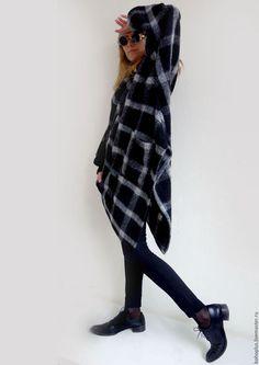 Теплый свитер-куртка в клетку ' Лондон' в интернет-магазине на Ярмарке Мастеров. Вы видели осенью Лондон, С туманами и глянцем улиц? О если бы вы видели Лондон То восклицали бы вот он, Туманный остров. Вот он! Необходимая теплая вещица в гардеробе для путешествий и не только. С диоганальным кроем из шикарнейшего чуть приваленного трикотажного мохерового полотна. Назовите как хотите или туникой, или платьем, или курткой или свитером, удобство и стиль остануться с вами.