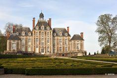 Le château de Balleroy - Calvados - fut bâti de 1626 à 1636 par François Mansart pour Jean II de Choisy, conseiller d'Etat et receveur général des finances de Caen. Il a été racheté en 1970 par le milliardaire et aéronaute Malcolm Forbes qui y créa le musée des Ballons. Sims 4, Caen, French Architecture, Royal Life, Luxury Estate, Vietnam, Grand Homes, French Chateau, Fortification