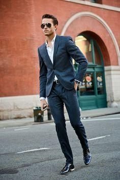 Acheter la tenue sur Lookastic:  https://lookastic.fr/mode-homme/tenues/blazer-chemise-de-ville-pantalon-de-costume-chaussures-derby-ceinture/744  — Chemise de ville blanc  — Blazer écossais bleu marine  — Ceinture en cuir noir  — Chaussures derby en cuir noires  — Pantalon de costume écossais bleu marine