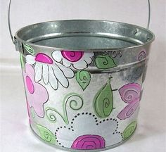 Grab a metal bucket and your acrylic paints. Paint your favorite flowers, when dry, line and dot with a Sharpie. Fill with sprig flowers, or give as a gift! Or buy one from HERE Galvanized Wash Tub, Galvanized Buckets, Tin Buckets, Easter Buckets, Copper Paint, Metallic Paint, Hand Painting Art, Diy Painting, Tole Painting