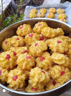 """Η Συνταγή είναι από κ. Gogo Samiou– """"ΟΙ ΧΡΥΣΟΧΕΡΕΣ / ΗΔΕΣ"""". Υλικά ανα 10 κομμάτια 130 gr ινδοκάρυδο 100 gr ζάχαρη κρυσταλλική 1 αυγό 3 κουταλιές της σούπας βούτυρο λιωμένο Εκτέλεση Σε μία κατσαρόλα χτυπάτε το αβγό καλά με το I Love Food, Cauliflower, Cookies, Vegetables, Ethnic Recipes, Recipes, Crack Crackers, Cauliflowers"""