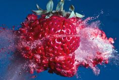 Moment of Impact Photography --- High Speed Photography Alan Sailer is a photographer who specializes in blowing things up . By using bullets and high speed photographic techniques he captures some amazing images. High Speed Photography, Fruit Photography, Artistic Photography, Amazing Photography, Splash Photography, Action Photography, Creative Photography, Frozen In Time, Frozen Strawberries