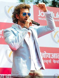 Hrithik Roshan interacts with the crowd at the launch of Joy Alukkas jewellery store, held in Mumbai. Top Celebrities, Bollywood Celebrities, Bollywood Stars, Bollywood Fashion, Hrithik Roshan Hairstyle, Mumbai, Lauren Bacall, Most Handsome Men, American Actors