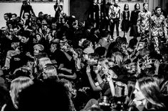 KILIAN KERNER -   Während die Models, die tatsächlich irisch aussahen (viel rotes Haar und blasse Haut) durch kirchenbogenähnliche Tore zur DJ Musik von Agnes & Jack von HOTLANE marschierten, saßen Models wie Franziska Knuppe in der ersten Reihe.