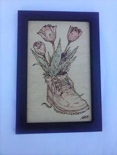 Flores pirografado em pinho com moldura (20 x 35 cm )