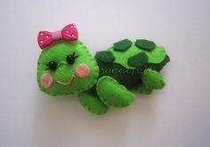 Happy little felt turtle Felt Turtle, Felt Fish, Turtle Crafts, Felt Crafts Patterns, Felt Gifts, Felt Decorations, Felt Fabric, Felt Hearts, Felt Toys