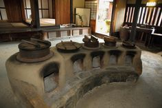 A traditional kamado in a Japanese kitchen Traditional Japanese House, Traditional Kitchen, Irori, Japanese Interior Design, Brick Projects, Japanese Kitchen, Japanese Architecture, Kitchen Stove, Barbecue