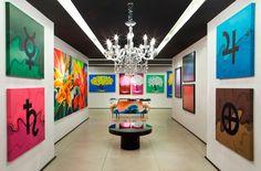 Galeria de Circulação - Miralba, Artur e Joana Moraes incorporaram as obras do artista Isaac de Oliveira no projeto, usando apenas preto, branco e cinza no piso e paredes simples. O pouco mobiliário também é intencional, para facilitar a circulação e a contemplação das telas. Assim, nos 125m² foi possível expor 80 obras do pintor.