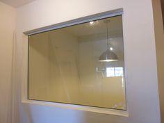 Quadro fixo com vidros acústicos em esquadria de alumínio, cor branca.  Aplicação: Estúdios, Salas de Reuniões, etc.