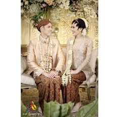 From mba dhani-dimas wedding - paesan solo putri Javanese Wedding, Indonesian Wedding, Wedding Poses, Wedding Couples, Wedding Engagement, Ivory Wedding, Diy Wedding, Dream Wedding, Couple Photography