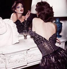 Шелковое платье, расшитое блестками и перьями, Chanel Haute Couture; серьги Classics из белого золота с сапфирами и бриллиантами, Chaumet