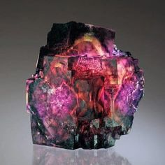 A fluorite stone from Mineralia. As we all know, fluorite can come in many colors, bi-colors, shades and tones, but this one takes the blue ribbon in my book! Minerals And Gemstones, Rocks And Minerals, Beautiful Rocks, Mineral Stone, Rocks And Gems, Stones And Crystals, Gem Stones, Story Stones, Natural Crystals