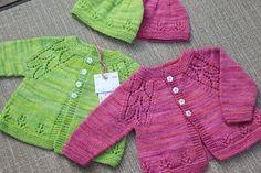 Кофточка для новорожденных с ажурными линиями реглана и низа вязаная спицами | Блог elisheva.ru