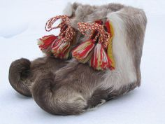Traditional Sami shoes made of reindeer fur, Sweden. Swedish Style, Scandinavian Style, Lappland, Scandinavian Countries, Fur Clothing, Folk Costume, My Heritage, Traditional Outfits, Bunt