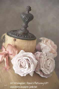 Rozen van papier in het nieuwe magazine van Jeanne d'Arc Living Couronne Shabby Chic, Rose Shabby Chic, Shabby Chic Mannequin, Jeanne D'arc Living, Dress Form Mannequin, Chabby Chic, French Style Homes, Fru Fru, Gris Rose