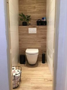 インテリア/リビング>> Modern bathroom makeover on the ground floor on a budget - BathroomMake .Modern bathroom makeover on… en 2020 Toilet Room Decor, Small Toilet Room, Small Bathroom, Tiny Bathrooms, Bathroom Showers, Bad Inspiration, Bathroom Inspiration, Modern Bathroom Design, Bathroom Interior Design