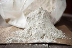 Have you heard about diatomaceous earth? This versatile product is completely organic and safe to use around family and pets. Make sure you buy FOOD GRADE diatomaceous earth. Diatomaceous Earth For Dogs, Flea Powder For Dogs, Home Remedies, Natural Remedies, Flu Remedies, Herbal Remedies, Parasite, Nature Secret, Get Rid Of Ants