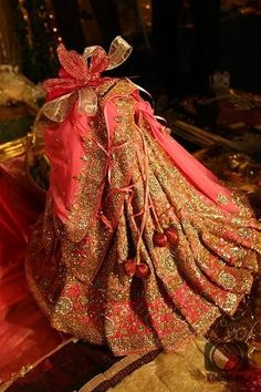 Wedding gifts wrapping ideas brides Ideas for 2019 Bridal Gift Wrapping Ideas, Wedding Gift Baskets, Indian Wedding Gifts, Desi Wedding Decor, Wedding Unique, Indian Weddings, Real Weddings, Engagement Decorations, Diy Wedding Decorations