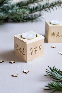 Ich zeige euch, wir ihr einen simplen Teelichthalter aus Holz mit weihnachtlicher Brandmalerei verschönern könnt - als kleines DIY Weihnachtsgeschenk oder als weihnachtliche Deko für euer Zuhause! Merry Little Christmas, Create Yourself, Place Cards, Place Card Holders, Interior Design, Make Christmas Decorations, Diys, Creative Ideas, Last Minute Gifts