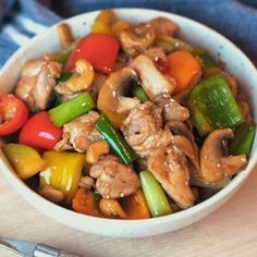 Spicy chicken wok with cashew nuts and sesame- Spicy kyllingwok med cashewnøtter og sesam Spicy chicken wok with cashews and sesame – Sugar free Everyday - Chinese Dishes Recipes, Asian Recipes, Healthy Recipes, Ethnic Recipes, I Love Food, Good Food, Food Inspiration, The Best, Spicy