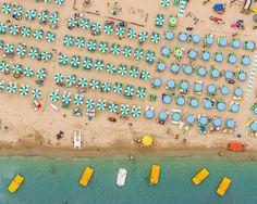 Es herrsche Ordnung am Strand: Luftaufnahme, die einen geradezu geometrisch...