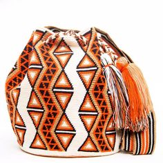 Handmade Hermosa Wayuu bags are rare art. Only small amounts are made because of the complexity and method to produce a single Hermosa Wayuu Bag. Tightly woven by one strand of thread, The process tak Tapestry Bag, Tapestry Crochet, Mochila Crochet, Inkle Weaving, How To Make Purses, Boho Bags, Crochet Purses, Clutch, Knitted Bags