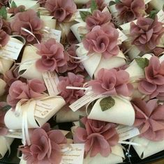 wedding favors with flowers Souvenirs et Cadeaux de Mariage Wedding Cards, Diy Wedding, Wedding Gifts, Wedding Invitations, Wedding Day, Wedding Gift Boxes, Wedding Favors For Guests, Marry Me, Spring Wedding