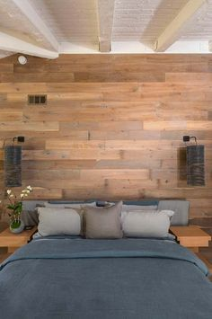 39 Jaw-dropping wood clad bedroom feature wall ideas Get the modern rustic look with a wood clad bedroom feature wall, an incredibly beautiful way to infuse warmth, depth, texture and interest to your space. Awesome Bedrooms, Feature Wall Bedroom, Wood Bedroom Furniture, Stylish Bedroom, Feature Wall, Modern Bedroom, Bedroom Wall, Wood Bedroom, Rustic Bedroom