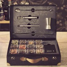 A full selection of professional bar tools and a deck of 20 botanical cards with recipes and recommendations completes this beautiful presentation package.