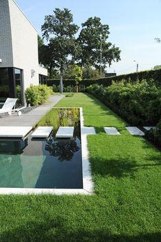 Modern garden with swimming pond Vereecke Lieven - Innen Garten - Eng Modern Pond, Modern Garden Design, Pond Design, Landscape Design, Back Gardens, Outdoor Gardens, Small Gardens, Natural Swimming Ponds, Pallets Garden