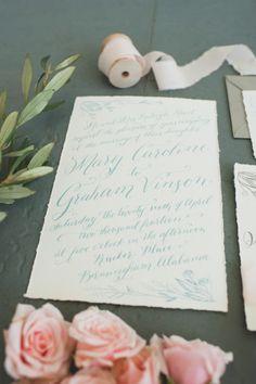 Convite de casamento em base marfim com caligrafia em verde menta