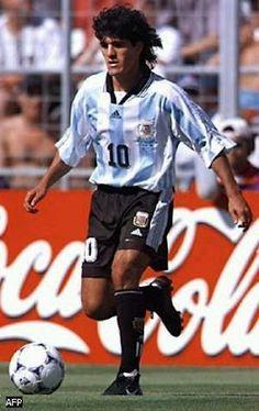 Ariel Arnaldo Ortega: Un jugador de tremenda gambeta, un dribbling descomunal que iba y venia sobre el mismo cuerpo y rompia la cintura de sus adversarios, dejandolos fuera de combate con sus encares. De aspecto fragil pero fuerte para ponerse al hombro un equipo, fue una de las figuras maximas del mundial 98 hasta que le dio el conocido cocazo en la mandibula a Van Der Sar. Argentina Football Team, Argentina Soccer, God Of Football, Football Soccer, Old Boys, Ronaldo 9, Cr7 Messi, Captain Tsubasa, Rugby