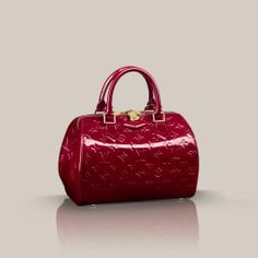 Montana Monogram Vernis Characterized by its round, structured shape, the Montana bowling bag in glossy Monogram Vernis leather is a chic and feminine choice for every day. Light to carry in the hand, it can also be worn on the shoulder or across the body thanks to an optional shoulder strap.