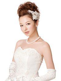 スッキリとまとめて生花を添える ウェディングドレス・カラードレスに合う〜ポンパドールの花嫁衣装の髪型一覧〜