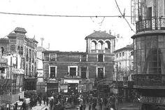 Café Teatro Novedades - sevilla- 1923 - Fotógrafo José María Gonzáles Nadim y Paul. Plaza de la  Campana, el 24 de marzo de 1923. Como se puede apreciar, la plaza ya estaba configurada por sus márgenes, donde vemos el edificio de estilo alhambrista, y en la zona frontera nos queda el testimonio de la embocadura de la calle Sierpes, con la imagen de la pastelería de La Campana, que aún se conserva.
