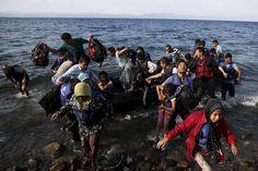 Un grupo de inmigrantes afganos toman tierra en la isla griega de Lesbos tras una travesía por mar desde Turquía.