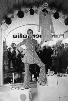 Twiggy in the Paraphernalia boutique window, 1967 Sixties Fashion, Mod Fashion, Fashion Models, Fashion Beauty, Vintage Fashion, Vintage Style, Twiggy, Mod Girl, Swinging London