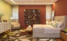 Quer saber como fazer um quarto bacana? Veja 14 inspirações! Quarto de 16m² foi projetado para uma mulher moderna. O quarto tem decoração contemporânea, com uma estante para livros com nichos pendurada na parede!
