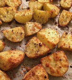 Pommes de terre rôties, au parmesan, à l'ail et aux herbes - 800 g de pommes de terre nouvelles, cs de parmesan râpé, 3 gousses d'ail, du  thym et de l'origan , 2 cs d'huile d'olive, sel et poivre