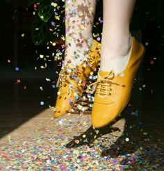 yellow shoes and confetti, how pretty Jaune Orange, Yellow Shoes, Clutch, Mellow Yellow, Mustard Yellow, House Party, Oxford Shoes, Vogue, Lace Up