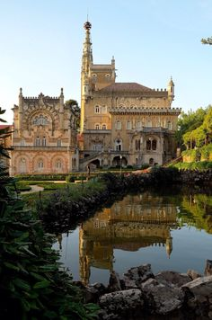 The Palace of Bussaco was built between 1888 and 1907. The first architect was the Italian Luigi Manini, who designed a Romantic palace in Neo-Manueline style