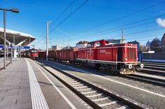 V 86 (2000 086-6) der SLB durchfährt mit einem Güterzug, bestehend aus Wagen von DB RAILION, den Salzburger Hauptbahnhof. Aufgenommen am 29.12.2016.
