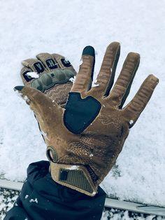 ❄️Zima, zima už je tady, radosti je plno všady❄️. Don't Tread on Me👊! Těmhle rukavicím to sedne nejen na střelnici😃. RUKAVICE VIKTOS WARTORN™ COYOTE, VIKTOS MORALPHABET™ COYOTE #viktoslife #prvnisnih #firstsnow #donttreadonme #zima #tacticalgloves #everydaycarry #rattlesnake #rukavice #nastrelnici #chrestys